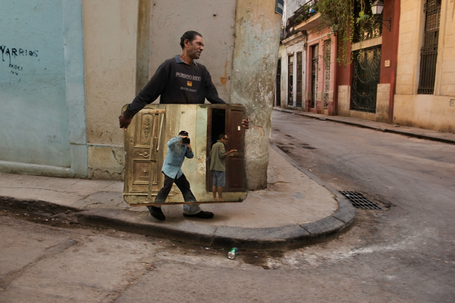 Steve McCurry photographing a man carrying a mirror in Old Havana