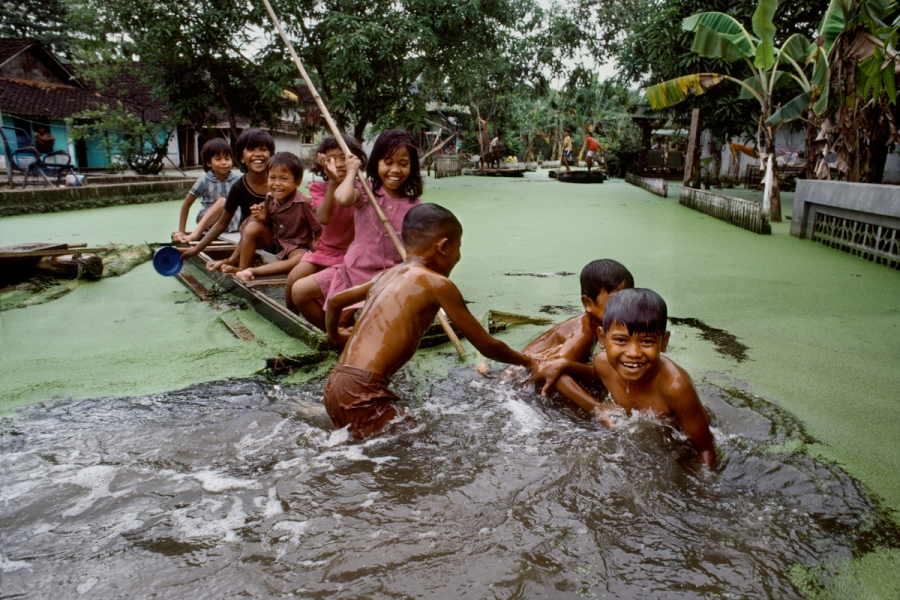01177_01, Indonesia, 02/1984, INDONESIA-10036. Children playing on a makeshift boat retouched_Ekaterina Savtsova 12/17/2014