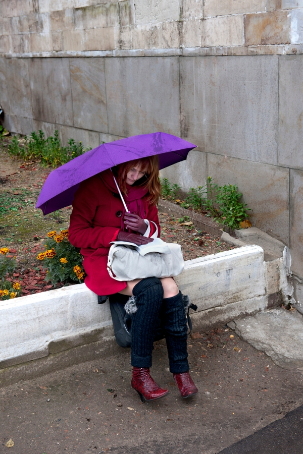 _SM14516, Russia, 2010, RUSSIA-10075. A woman reads under a purple umbrella. Retouched_Ashley Crabill