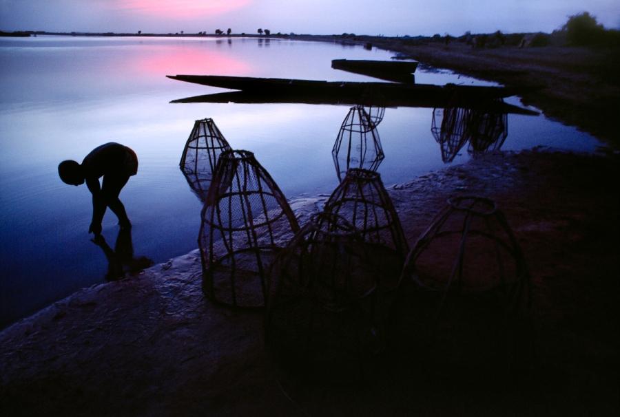 00014_12, Sahel Desert, Niger River, Mali, 1986, MALI-10033. The west African monsoon feeds the Niger River which allows local people to fish. Magnum Photos, NYC62507, MCS1986006 K045. Unguarded Moment_Book final print_UrbanArt'12 retouched_Sonny Fabbri