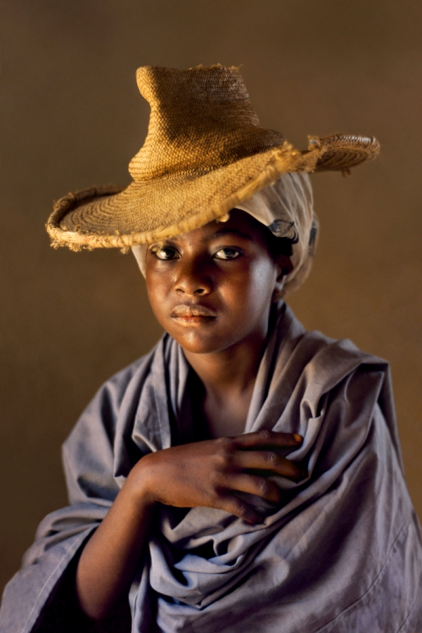 00355_07. Yemen, 04/1997, YEMEN-10084. Portrait of a young girl in a straw hat. MAX PRINT SIZE 40x60 retouched_ Sonny Fabbri 3/4/2015 From These Hands. A Journey Along the Coffee Trail. Phaidon Press Limited.