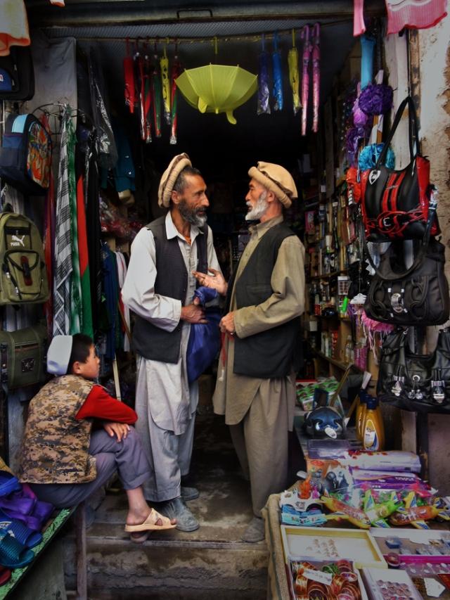 Amina & Halima 17 06 15 3.jpgMen haggle over prices at the market.